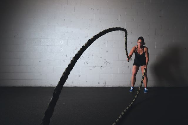 woman doing crossfit rope training